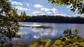 Opinión de la orilla del río imagenes de archivo
