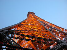 Opinión de la oscuridad de la torre Eiffel, París, 2005 Foto de archivo