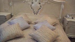 Opinión de la paralaje de la cama con las almohadas almacen de metraje de vídeo