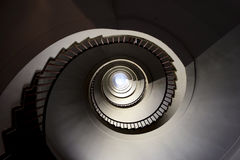 Opinión de la parte superior en la escalera espiral Fotografía de archivo