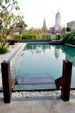 Opinión de la piscina con el fondo de la pagoda Fotos de archivo libres de regalías