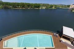Opinión de la piscina y del río fotos de archivo