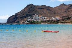 Opinión de la playa con el tawn de la montaña en fondo Imágenes de archivo libres de regalías