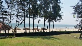 Opinión de la playa con los paraguas imagen de archivo