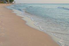 Opinión de la playa con la onda y la arena del mar en gente de la falta de definición en fondo fotos de archivo