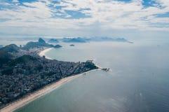 Opinión de la playa de Copacabana y de Ipanema del helicóptero Imagenes de archivo