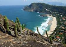 Opinión de la playa de Itacoatiara de la tapa de la montaña de Costao Imágenes de archivo libres de regalías