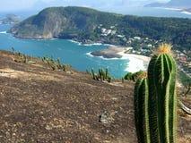 Opinión de la playa de Itacoatiara de la tapa de la montaña de Costao Imagen de archivo libre de regalías