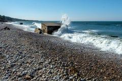 Opinión de la playa, defensas costeras en la playa de Burghead fotografía de archivo