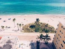 Opinión de la playa del océano de los apartamentos de lujo en la Florida imagenes de archivo