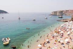 Opinión de la playa en el centro vacacional mediterráneo Imagenes de archivo