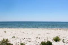 Opinión de la playa en el mediodía Fotografía de archivo
