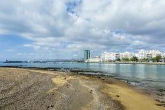 Opinión de la playa a la 'promenade' de Arrecife, Lanzarote Imágenes de archivo libres de regalías