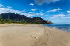 Opinión de la playa de Makua con las montañas hermosas y el cielo nublado en el fondo, isla de Oahu imagenes de archivo