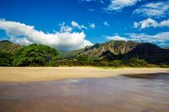 Opinión de la playa de Makua con las montañas hermosas y el cielo nublado en el fondo, isla de Oahu imagen de archivo