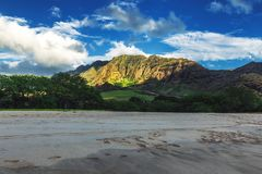Opinión de la playa de Makua con las montañas hermosas y el cielo nublado en el fondo, isla de Oahu foto de archivo libre de regalías