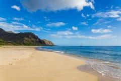 Opinión de la playa de Makua con montañas hermosas y un velero en el fondo, isla de Oahu fotos de archivo libres de regalías
