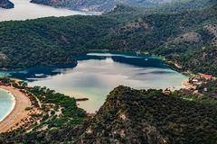Opinión de la playa de Oludeniz en la ciudad de Fethiye Paisaje que sorprende de la manera de Lycian Destinación del recorrido Co imagen de archivo