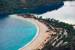 Opinión de la playa de Oludeniz en la ciudad de Fethiye Paisaje que sorprende de la manera de Lycian Destinación del recorrido Co imagenes de archivo