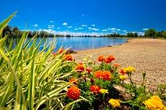 Opinión de la playa y del paisaje del lago Soderica Fotos de archivo