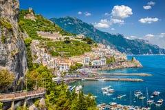 Opinión de la postal costa de Amalfi, Amalfi, Campania, Italia fotos de archivo libres de regalías