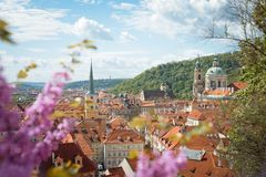 Opinión de la primavera a la ciudad de Praga foto de archivo libre de regalías