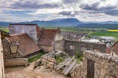 Opinión de la primavera en la ciudadela de Rasnov, en el condado Rumania de Brasov, con las montañas de Piatra Craiului en el fon fotografía de archivo