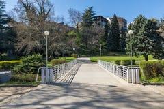 Opinión de la primavera de St Vrach del parque en la ciudad de Sandanski, Bulgaria foto de archivo libre de regalías