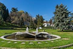 Opinión de la primavera de St Vrach del parque en la ciudad de Sandanski, Bulgaria imagenes de archivo