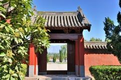 Opinión de la puerta y de la corte del jardín chino Fotografía de archivo