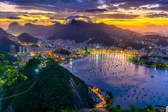 Opinión de la puesta del sol de la bahía de Corcovado, de Botafogo y de Guanabara en Rio de Janeiro fotografía de archivo libre de regalías