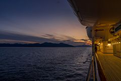 Opinión de la puesta del sol del barco de cruceros imagenes de archivo