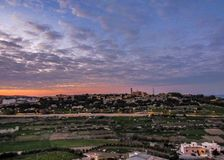 Opinión de la puesta del sol del campo maltés de las paredes de Mdina, Malta, Europa foto de archivo