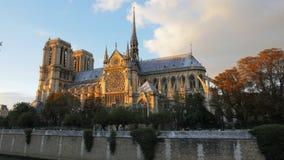Opinión de la puesta del sol de la catedral de Notre Dame en París metrajes