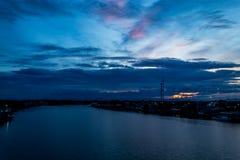 Opinión de la puesta del sol de la ciudad y del río Foto de archivo libre de regalías
