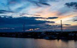 Opinión de la puesta del sol de la ciudad y del río Imagen de archivo