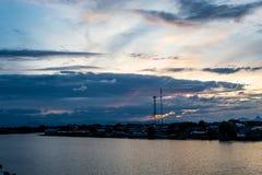 Opinión de la puesta del sol de la ciudad y del río Imagenes de archivo