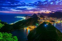 Opinión de la puesta del sol de Copacabana, de Corcovado, de Urca y de Botafogo en Rio de Janeiro imagen de archivo libre de regalías