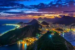 Opinión de la puesta del sol de Copacabana, de Corcovado, de Urca y de Botafogo en Rio de Janeiro fotos de archivo libres de regalías