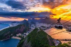 Opinión de la puesta del sol de Copacabana, de Corcovado, de Urca y de Botafogo en Rio de Janeiro imagen de archivo