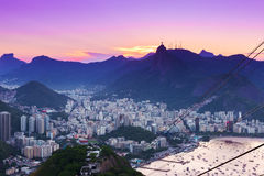 Opinión de la puesta del sol de Corcovado y de Botafogo en Rio de Janeiro fotografía de archivo libre de regalías