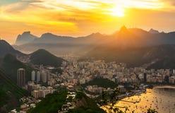 Opinión de la puesta del sol de Corcovado y de Botafogo en Rio de Janeiro foto de archivo libre de regalías