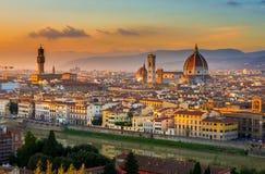 Opinión de la puesta del sol de Florencia y del Duomo fotos de archivo