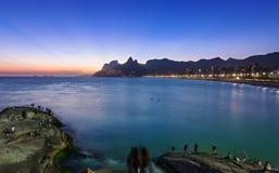 Opinión de la puesta del sol de Ipanema y de Leblon en Rio de Janeiro fotos de archivo libres de regalías