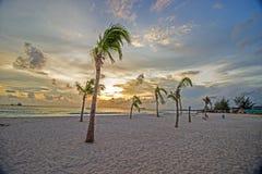 Opinión de la puesta del sol de la última hora de la tarde de una playa tranquila adentro en la costa oeste de Barbados fotografía de archivo