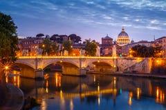 Opinión de la puesta del sol de la basílica del ` s de San Pedro en el Vaticano Imagenes de archivo
