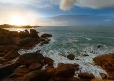 Opinión de la puesta del sol de la costa de Ploumanach (Bretaña, Francia) Fotos de archivo