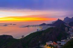 Opinión de la puesta del sol de la playa de Copacabana en Rio de Janeiro Fotos de archivo