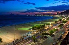 Opinión de la puesta del sol de la playa de Copacabana en Rio de Janeiro, el Brasil fotos de archivo libres de regalías
