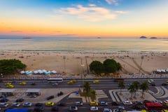 Opinión de la puesta del sol de la playa y de Avenida Atlantica de Copacabana en Rio de Janeiro Fotografía de archivo